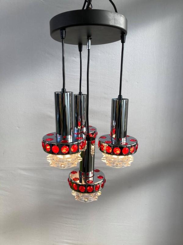 Plafondlamp in chroom met rode accenten