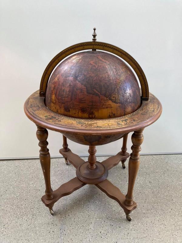 Drankkast in de vorm van een wereldbol