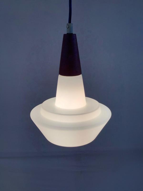 Retro lamp met een melkglazen kap