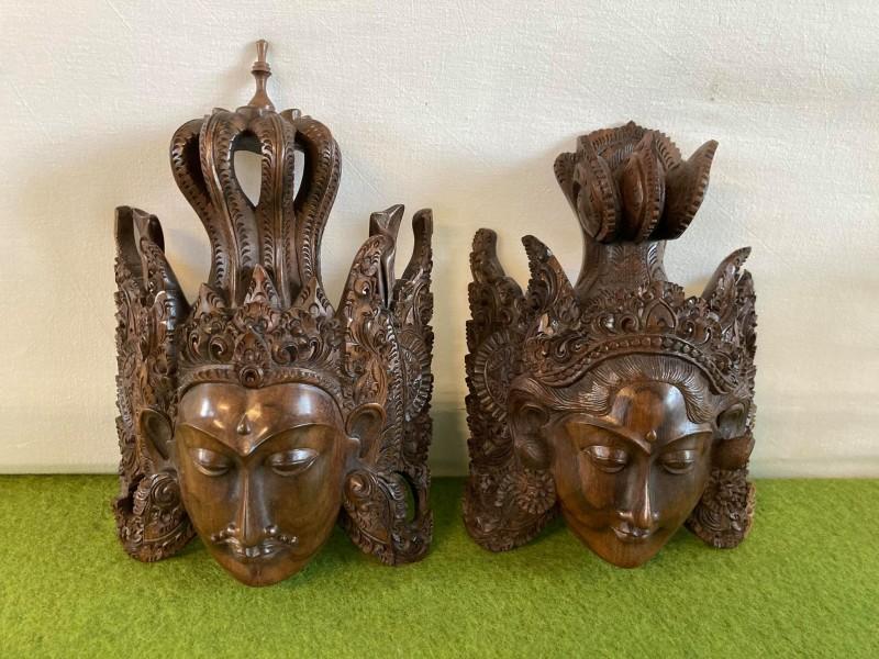 2 houten Oosterse uitgesneden maskers