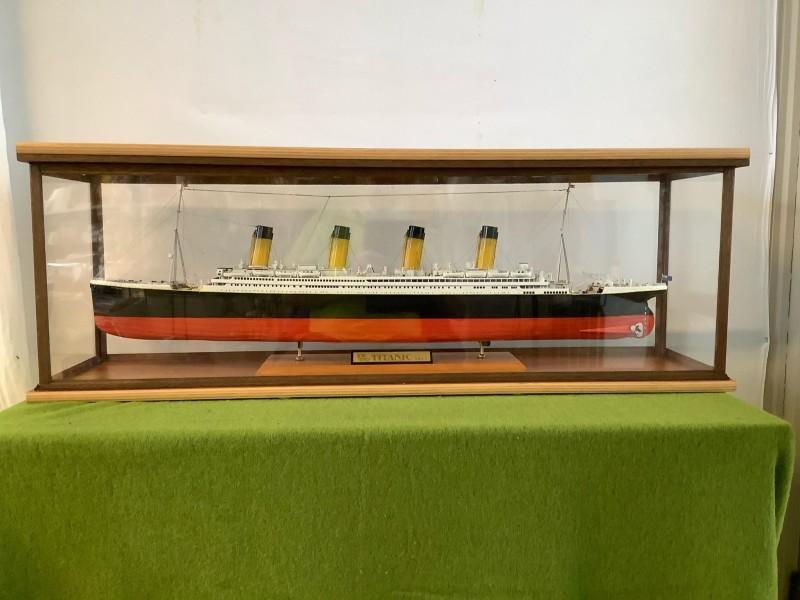 Miniatuur Titanic in een glazen bak