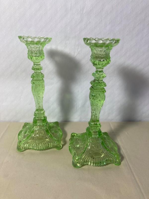 2 groene antieke kandelaars