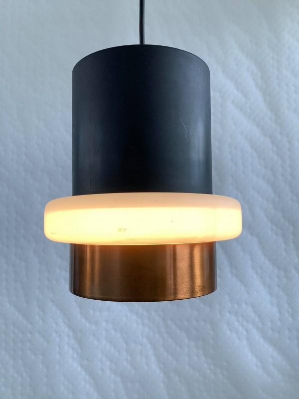 Vintage hanglamp uit zwart metaal, melkglas en koper