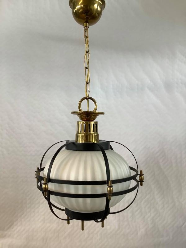 Hanglamp uit metaal en melkglas