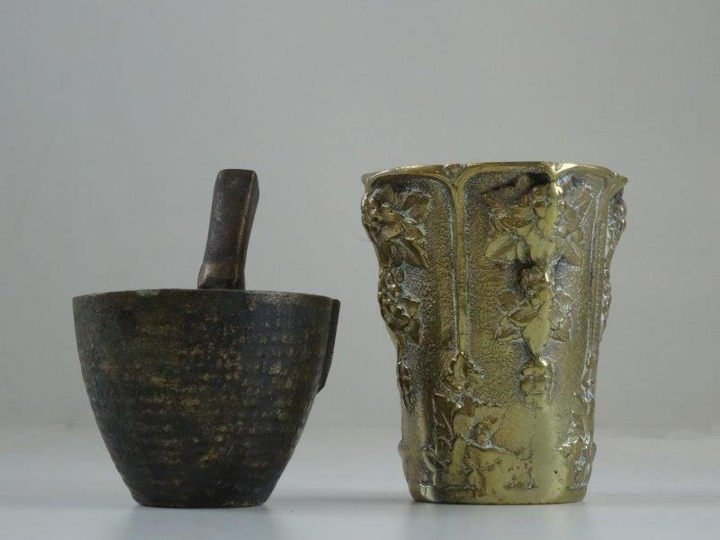"""Oude bronzen """"VEN"""" vijzel met stamper + vaasje"""