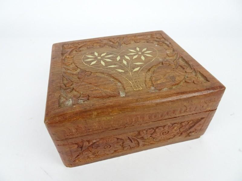 vintage houten kistje ingelegd met wit materiaal