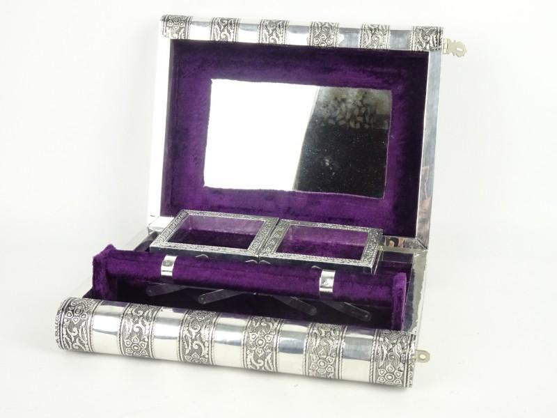 Prachtige juwelenkist in zilverkleurige boekvorm