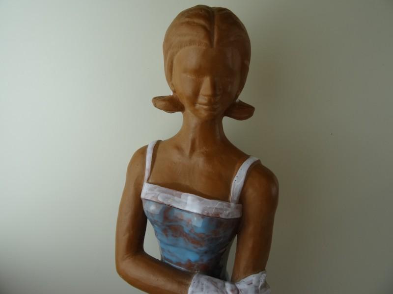 Alexander Roelandt - keramisch beeld van een jong meisje met geglazuurde kleding en schoeisel