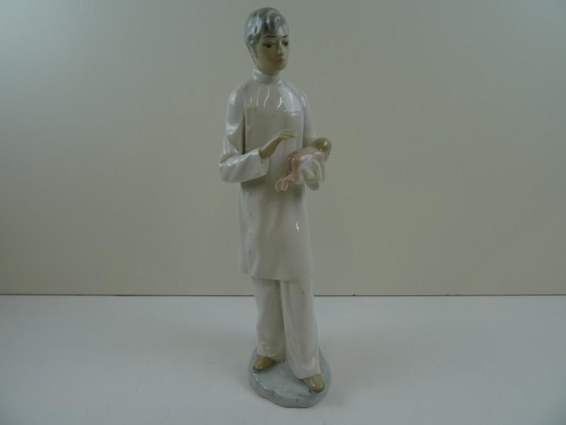 Casades: sierlijke porseleinen beeldje dokter en baby 20e eeuw