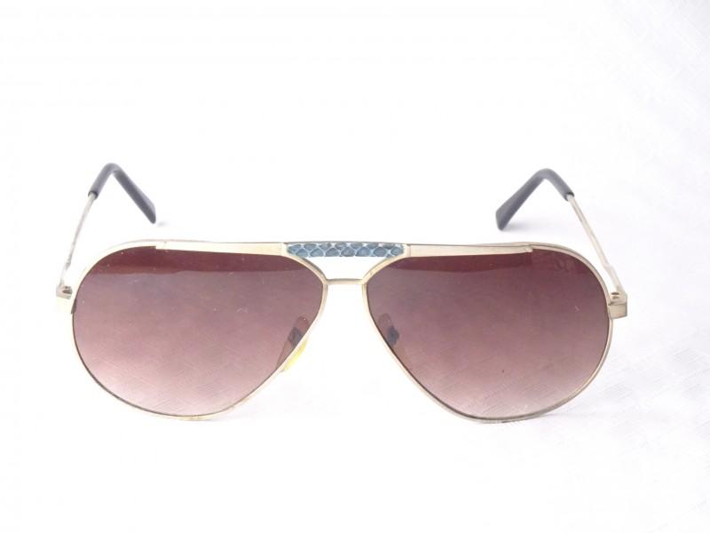 Merkloze zonnebril met grote glazen.
