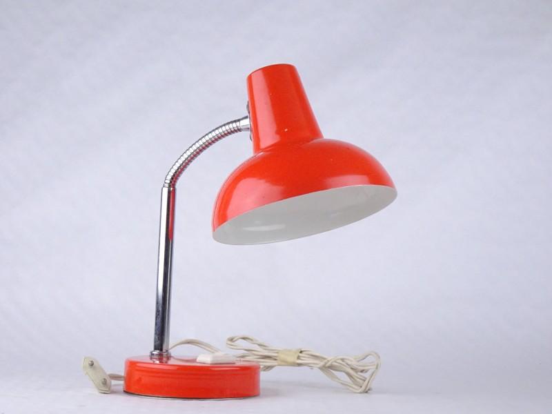 Vintage oranje lamp met plooibare nek.