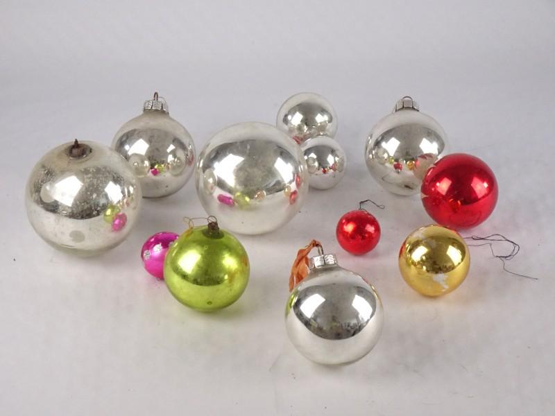 Lot van 12 vintage kerstballen in verschillende formaten.