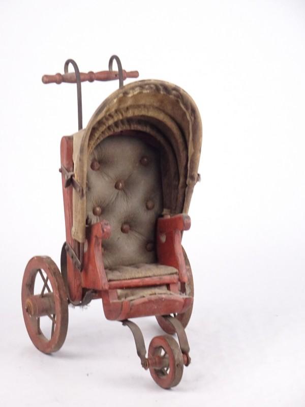 Antiek decoratief stuk in de vorm van een koets.