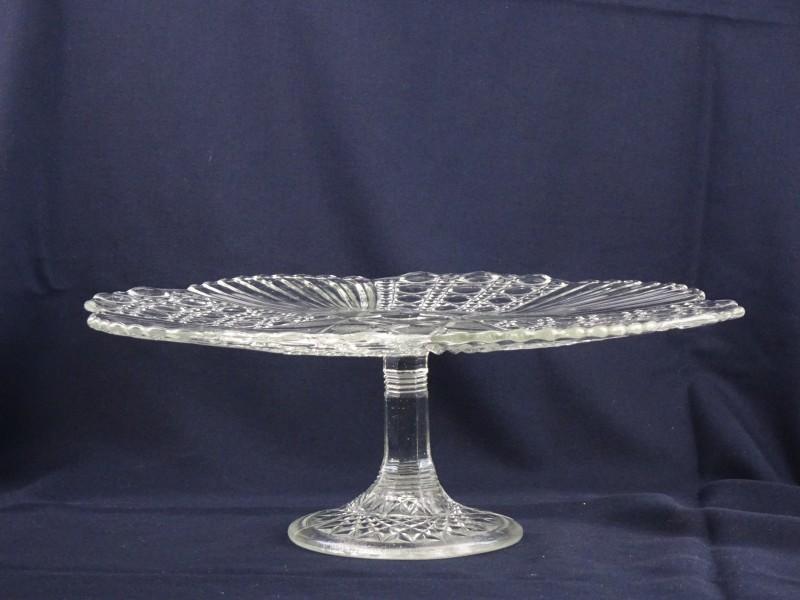 Grote kristallen taartschotel op voet Val Saint Lambert stijl.