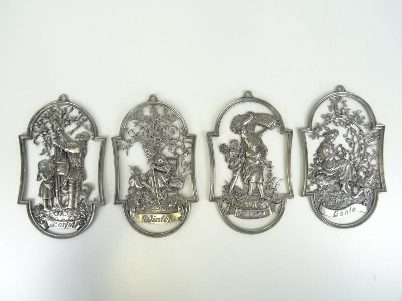 Vier decoratieve tinnen plaquettes met de seizoenen