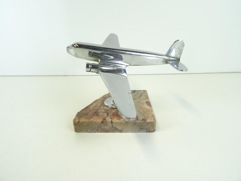 Schaalmodel metalen vliegtuig op marmeren voet
