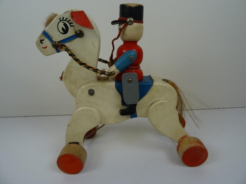 Houten speelgoedpaard met ruiter