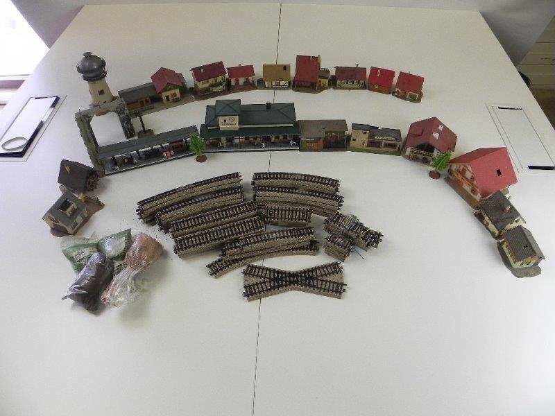 Lot van verschillende accessoires voor een treinstation