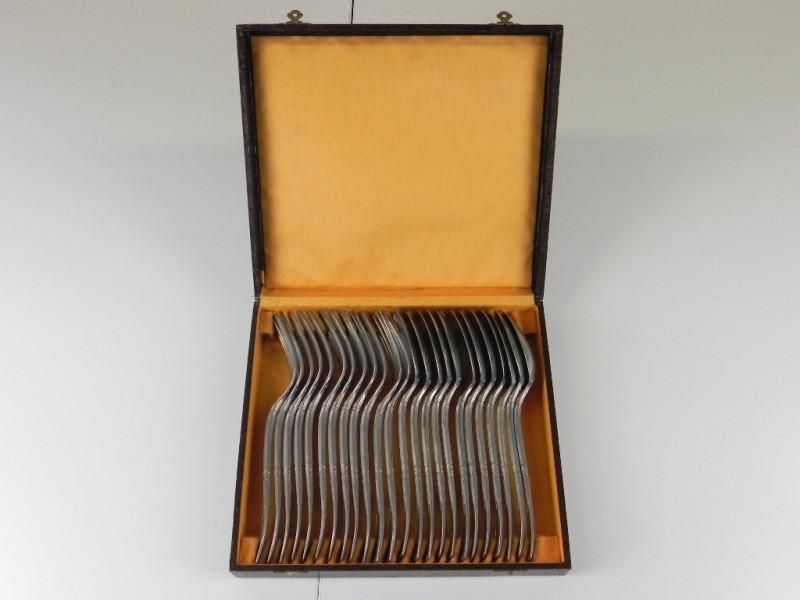 vintage bestekkoffer met 12 vorken en 12 lepels rijkelijk versierd
