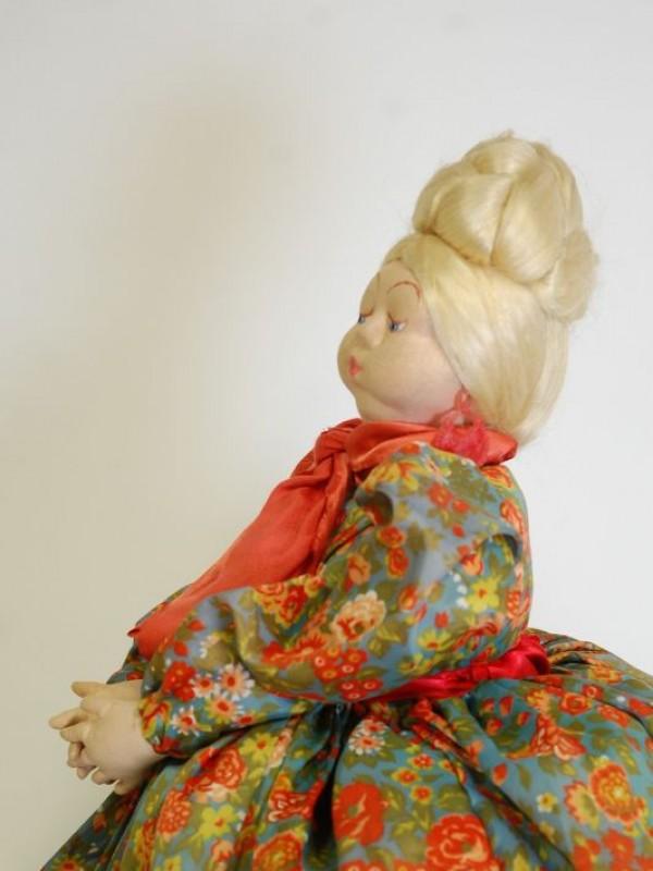 Antieke theemuts - Russische dame (samovar)