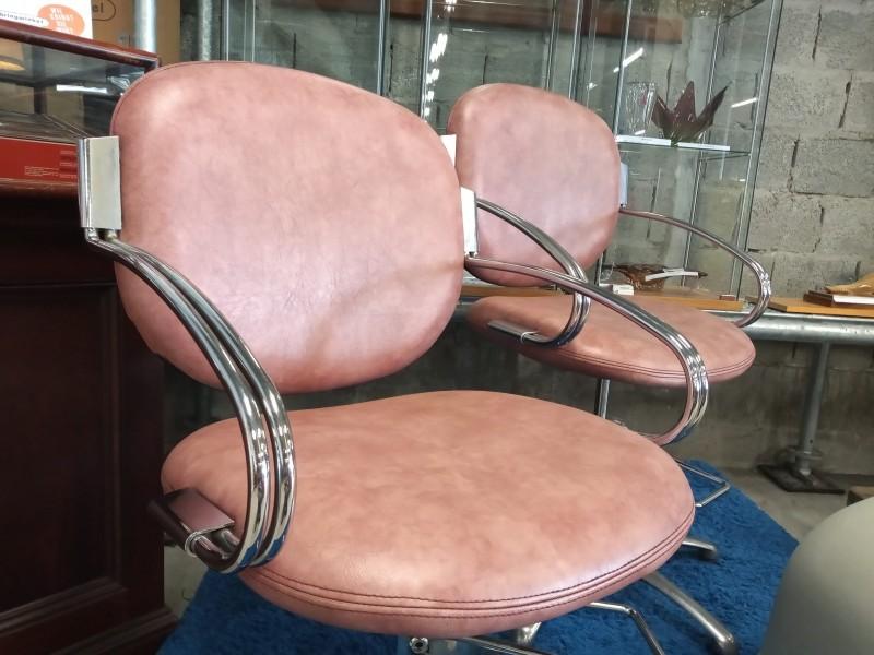 2 roze kappersstoelen
