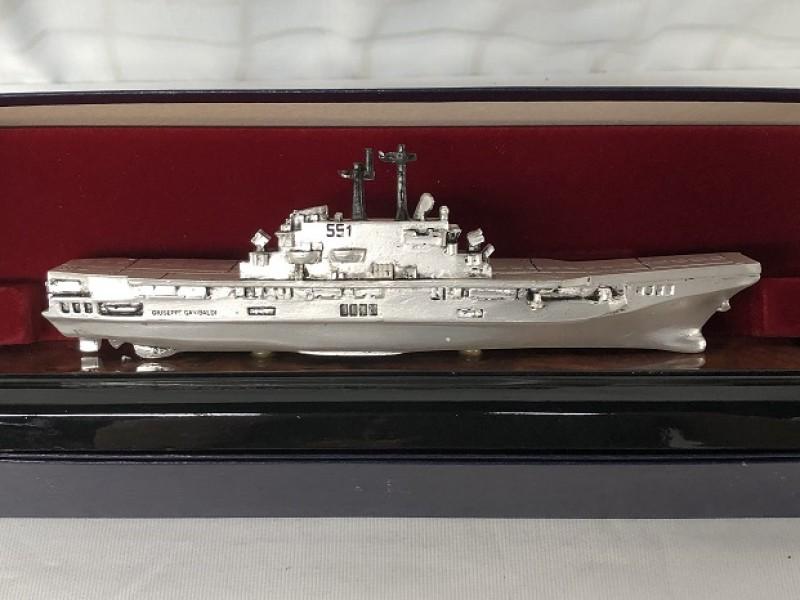 Metalen marineschip - vliegdekschip