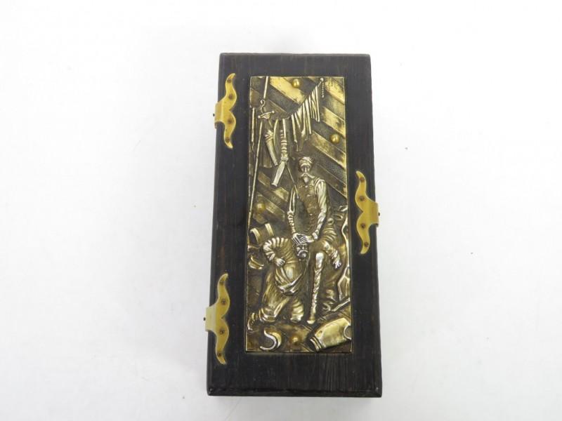 Houten kistje met metalen relief