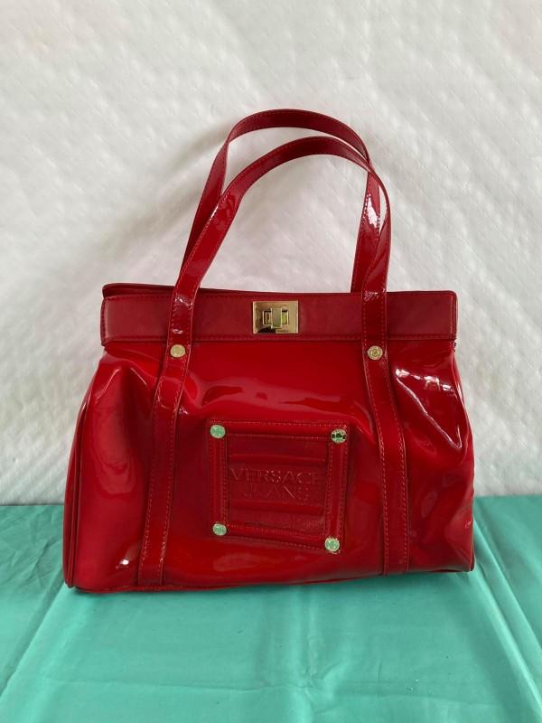 Rode handtas gelabeld Versace Jeans