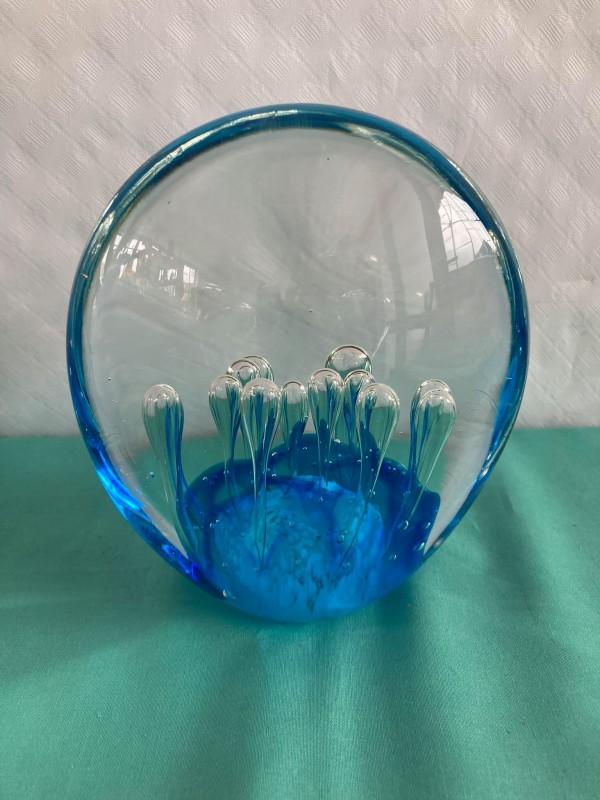 Glazen presse papier met blauwe schijn