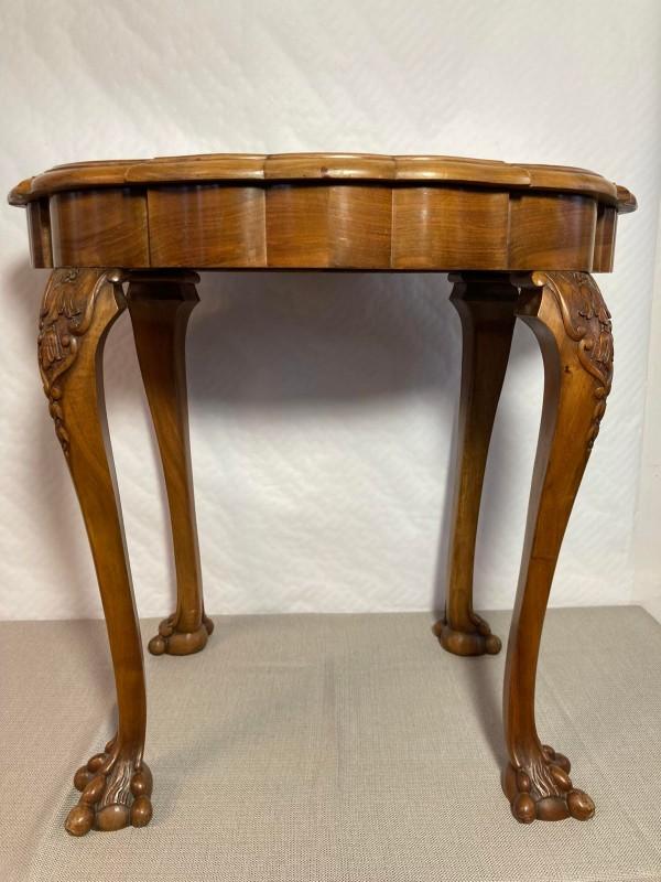 Vintage ridderbuste met erin een drankfles en shotglaasjes