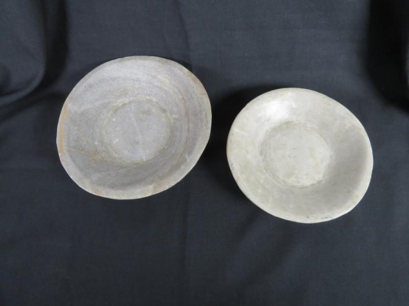 2 handgevormde kommen in natuursteen