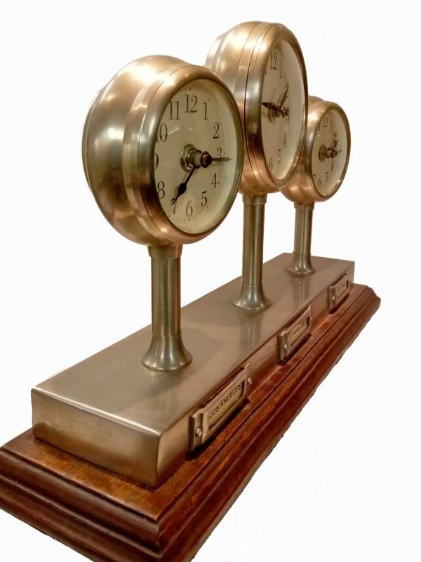 3 tijdzone klok, electroplates op houten voet