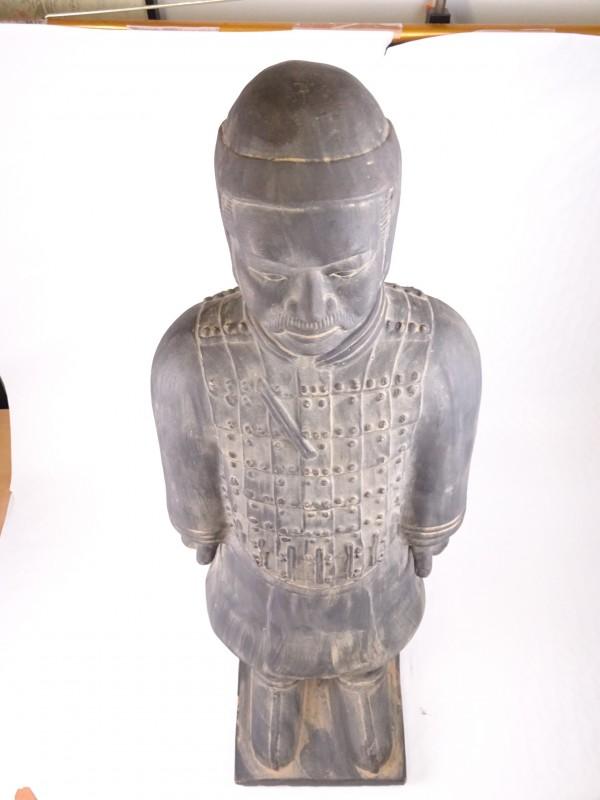 Groot aardewerk beeld van Chinese soldaat.