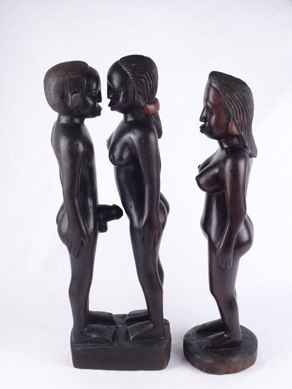 Twee grote houten Afrikaanse beelden.