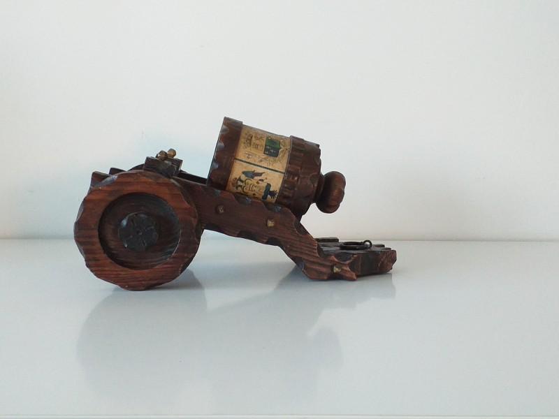 Miniatuur houten kar, met cilinder met wapenschilden op