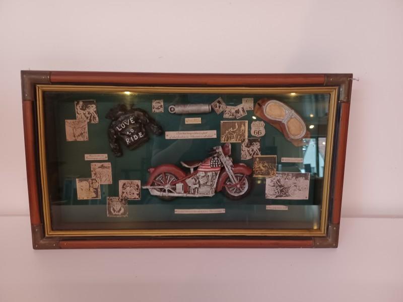 Harley Davidson items in een kader met glas.
