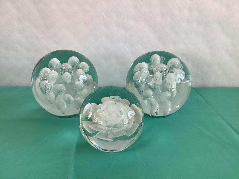 3 glazen presse-papier bollen