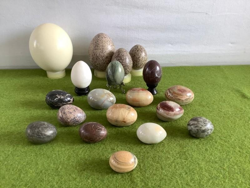 Lot van 19 eieren, merendeel uit steen