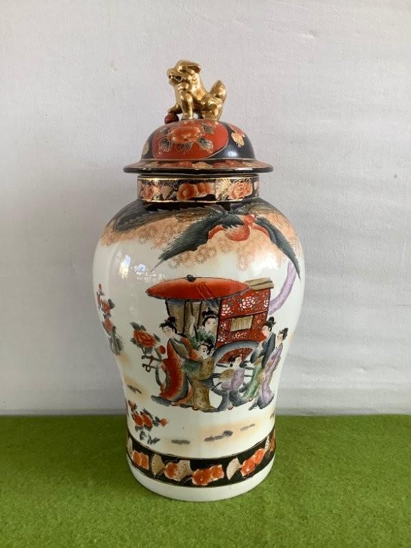 Chinese vaas met op het deksel een leeuw
