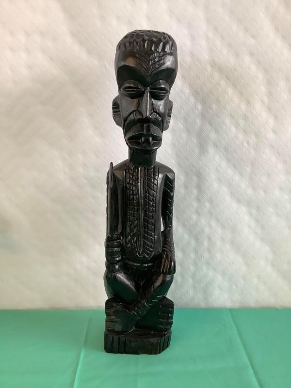 Houten beeld van een Congolese krijger