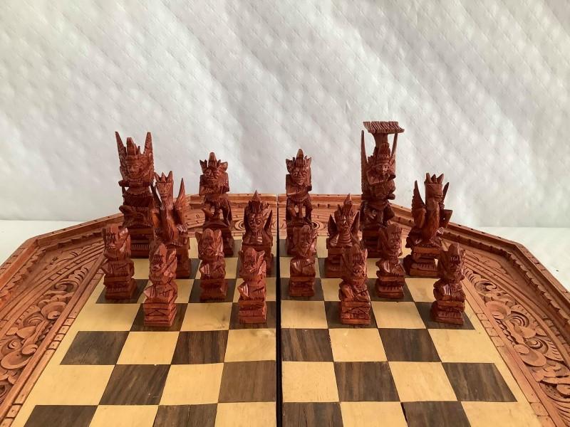 Oosterse schaakset in gesneden hout