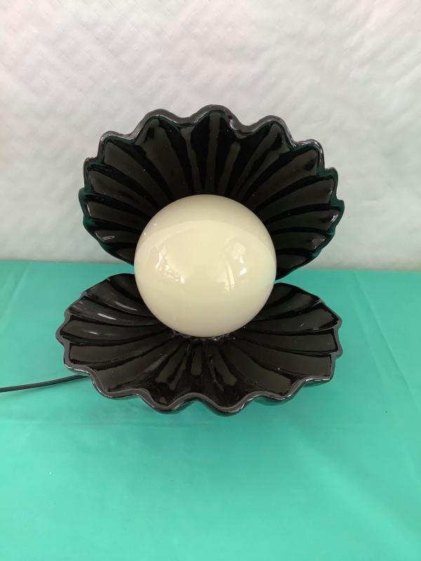 Tafellamp in de vorm van oesterschelp met parel