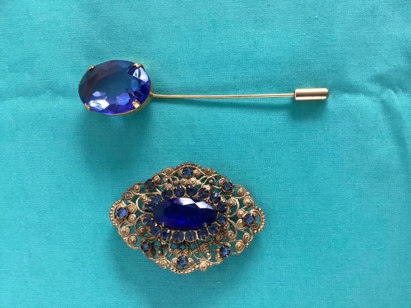 Juwelen set met een hoedenspeld en broche met blauwe stenen