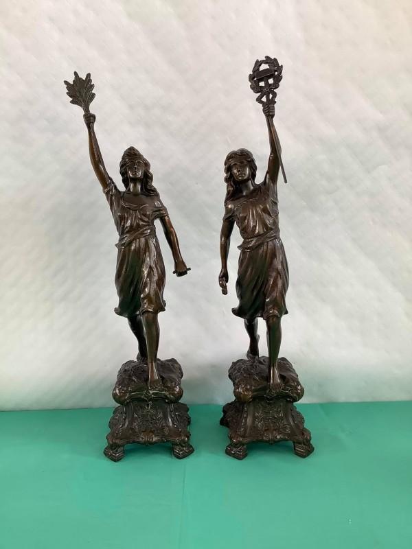 2 vrouwenfiguren in metaal