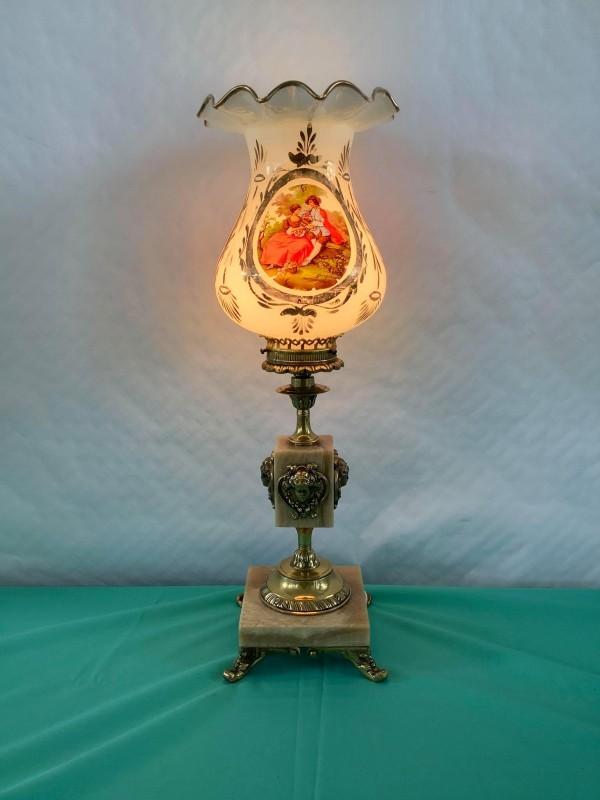 Klassieke tafellamp met een beschilderde glazen kap