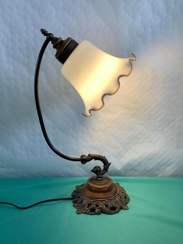 Antieke bureaulamp met melkglazen kap