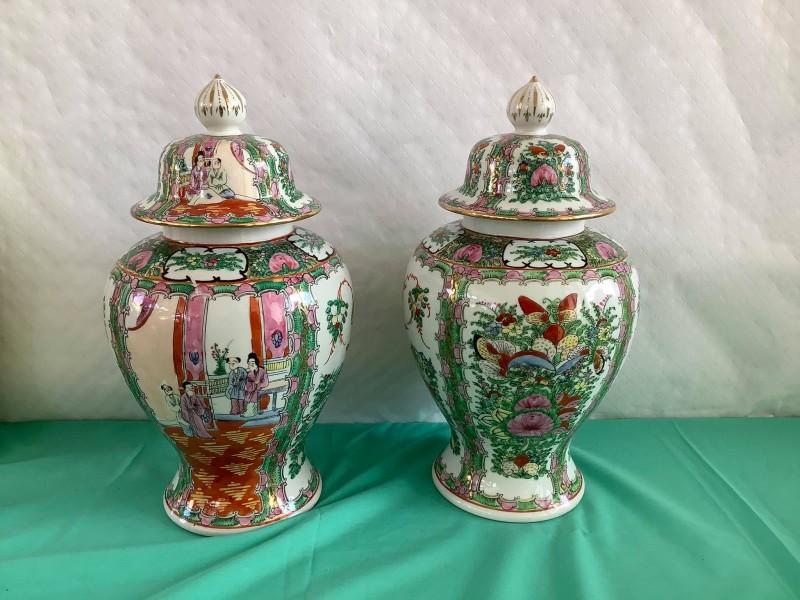 Twee handgeschilderde Chinese urnen/dekselvazen