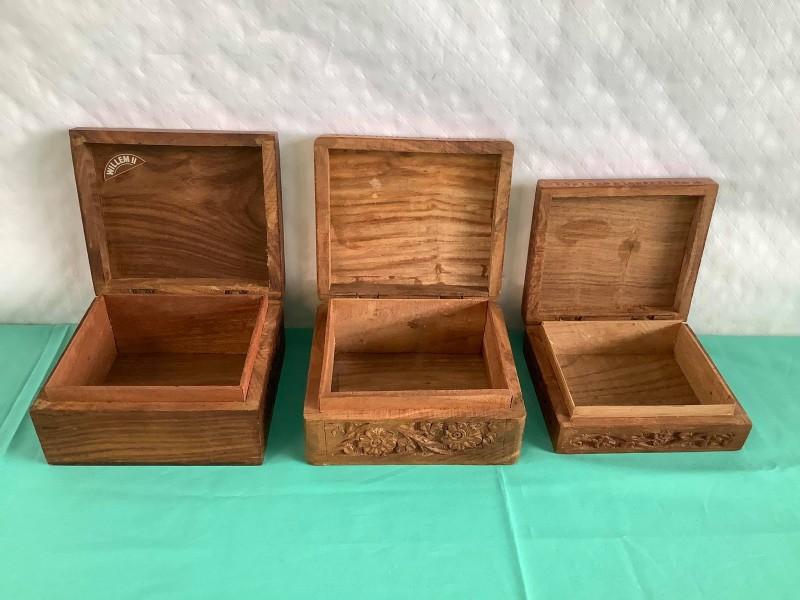 Lot van 3 houten handgesneden doosjes
