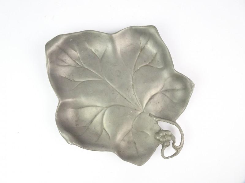 Tinnen bladvormige schotel.