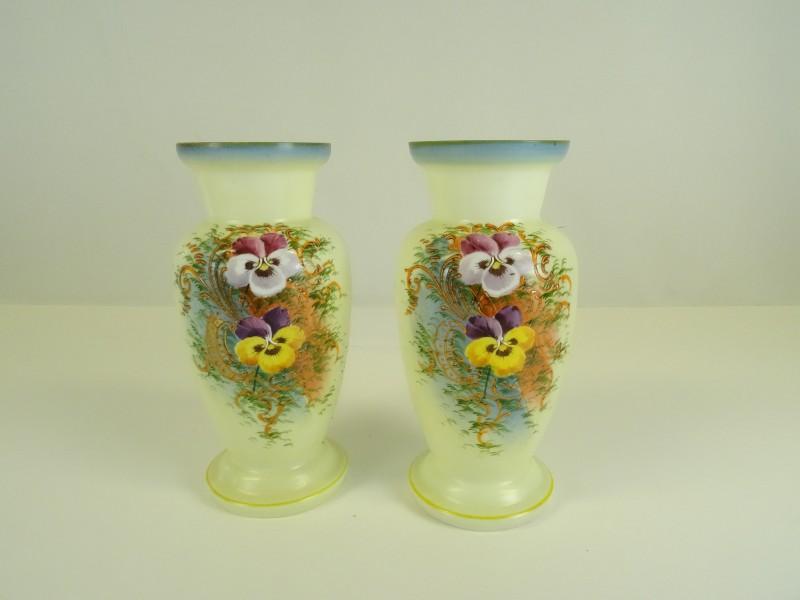 2 Handbeschilderde opaline vazen